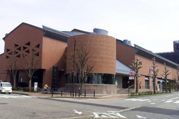 泉野図書館の外観写真